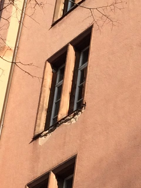 Dringend sanierungsbedürftig: Unter den Fenstern bröckelt die Bausubstanz bereits ab.