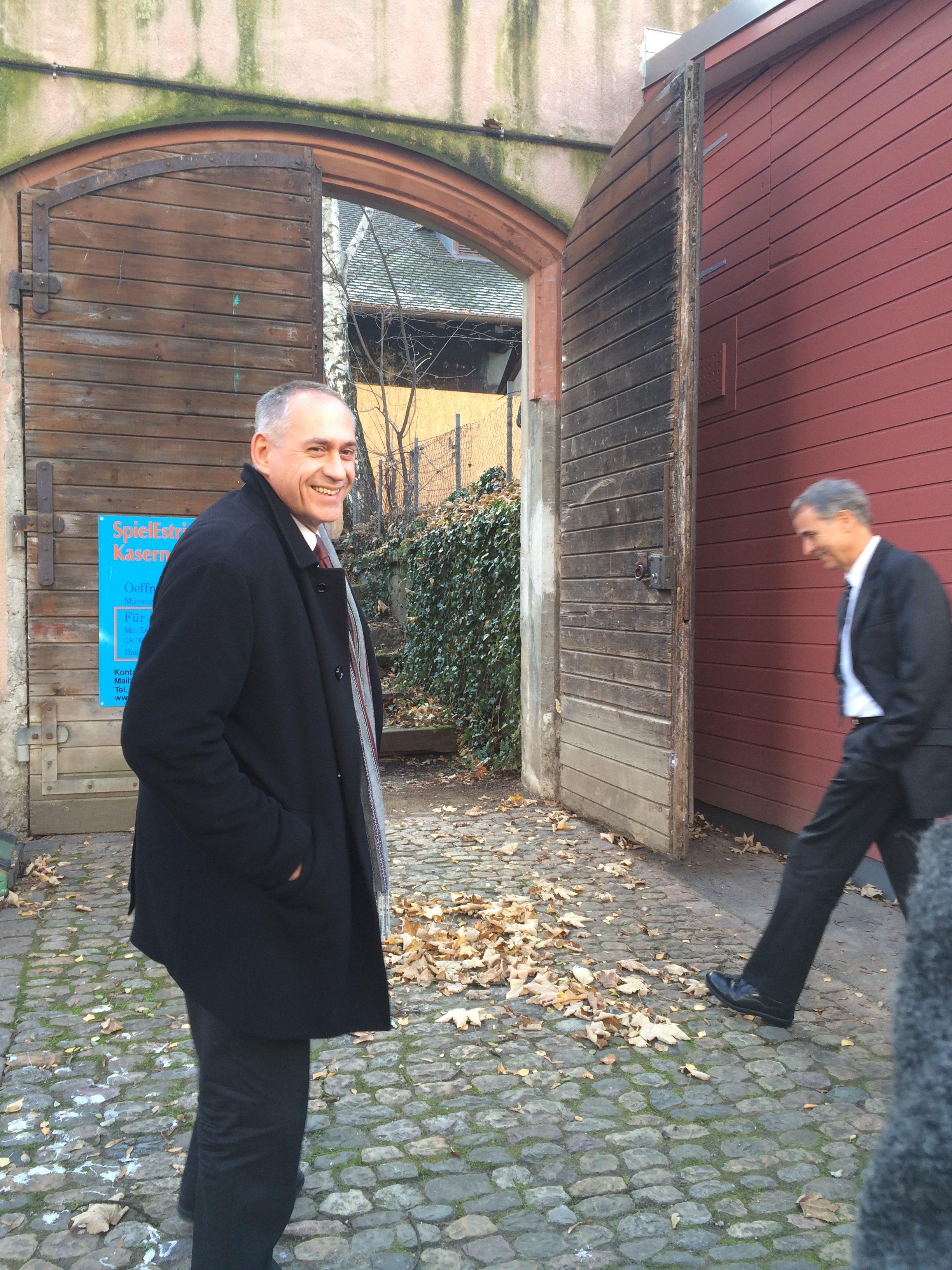 Regierungsrat und Vorsteher des Baus- und Verkehrsdepartements Hans-Peter Wessels (links) und Regierungsopräsident Guy Morin (läuft gerade ins Bild) nehmen die Journalisten mit auf einen Rundgang durch den Hauptbau der Kaserne.